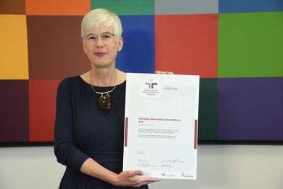 Vizepräsidentin Anja Pistor-Hatam mit Dauerzertifikat audit familiengerechte hochschule2020